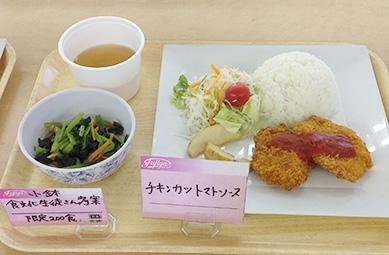 ランチサービス 学生考案の小鉢メニュー「小松菜のナムル」
